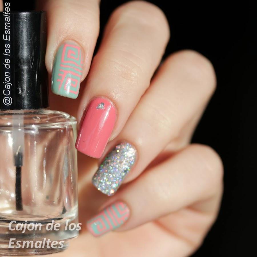 Diseño de nail art tribal con glitter