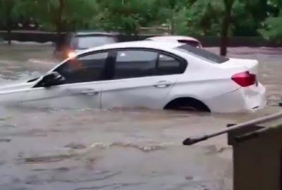 bmw 320i terseret air banjir