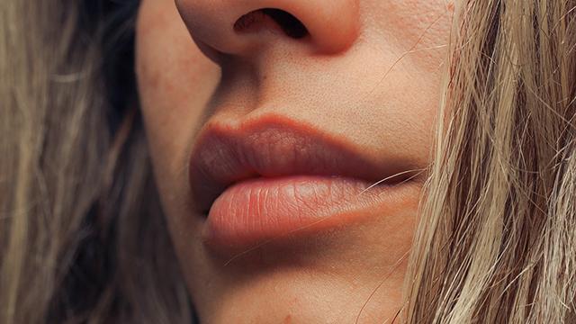 cara-menipiskan-bibir