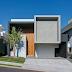 Fachada de casa em tons de cinza e painel de madeira com porta de entrada embutida!