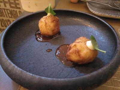 Buñuelos de bacalao en restaurante Bacira_Tusolovive Madrid
