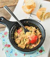 Salmón y tomatitos con crumble de curry al estragón