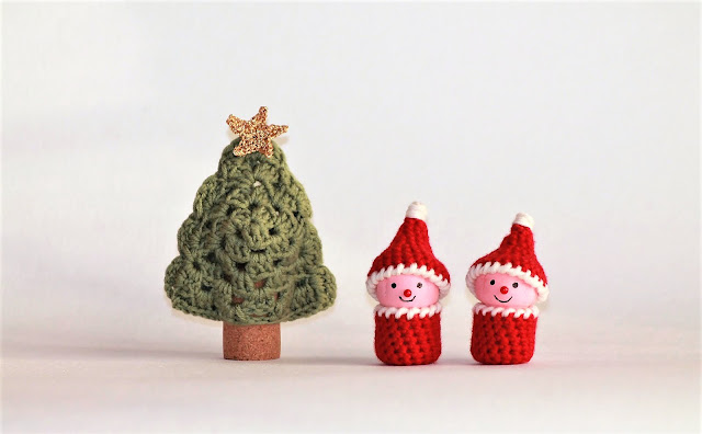 crochet christmas tree and elves