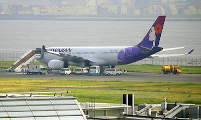 Máy bay Hawaiian Airlines buộc phải quay đầu hạ cánh khẩn cấp và bị nổ lốp.