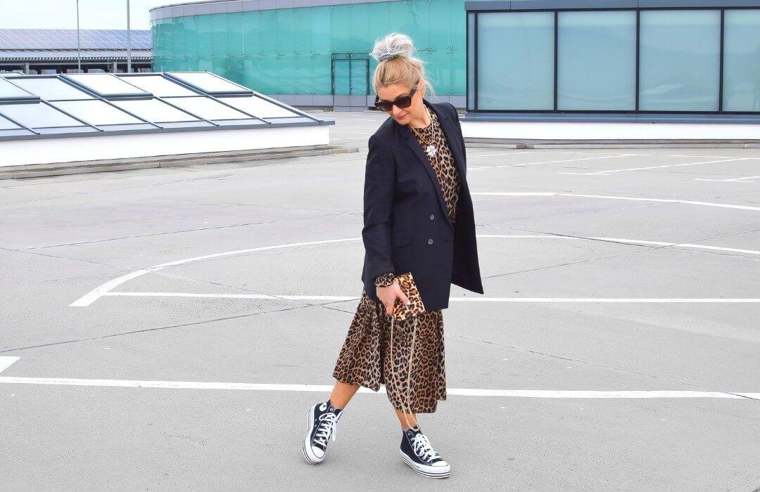 leokleid-blazer-chucks-outfit
