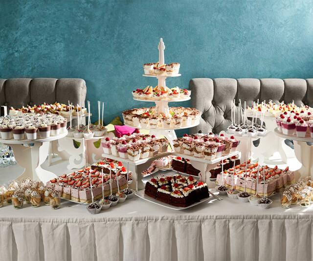mesa de festa de aniversario decorada com comes e bebes