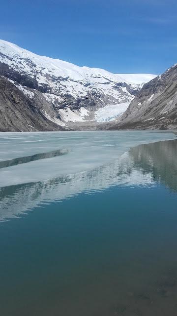 Norvège Le lac  du glacier de Nigar : Nigarsbreen on y accède par la route puis à pied ou en barque par le lac