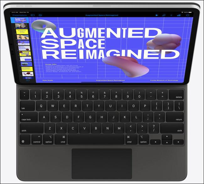 جهاز iPad Pro مزودًا بلوحة مفاتيح ماجيك ولوحة تتبع.