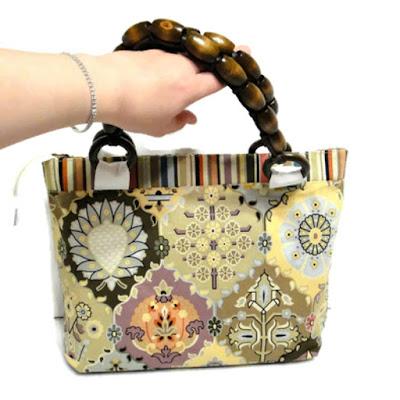 Летняя сумка среднего размера: на молнии,  полностью на подкладке, с карманами. Имеет два отделения. Авторская сумка ручной работы