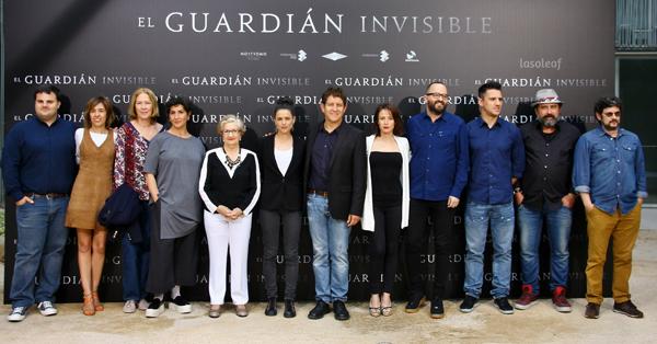 El equipo de la película de El guardián invisible, con Marta Etura y el director Fernando Gonzalez Molina