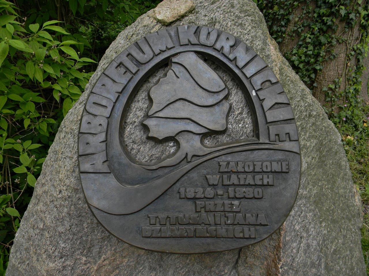 założyciele arboretum, pamiątkowy kamień