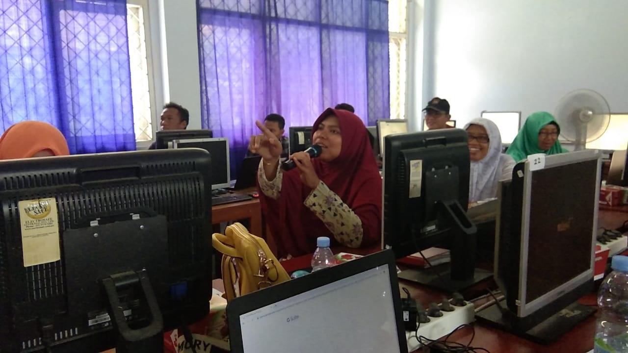 Siti Fatimah begitu Antusias mengajukan pertanyaan saat Kiosagro in House Training Qonita Umroh Grup