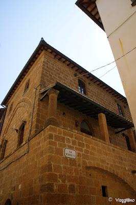 Uno dei bei palazzi medievali di Corso Cavour