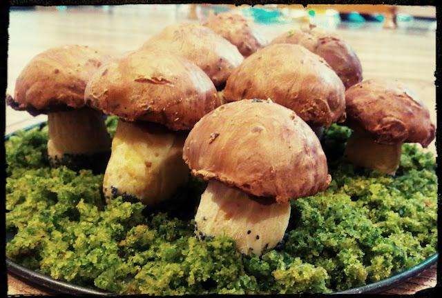 ciastka grzybki porowiki prawdziwki podgrzybki na lesnym mchu grzybki z ciastem szpinakowym ciastka kruche z czekolada ciastka czekoladowe