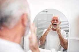 एक वृद्ध दर्पण से बात करता हुआ