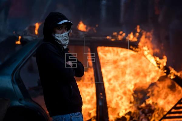 Protesto contra Maduro se estende até madrugada em várias áreas de Caracas