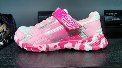 zapatillas rosas y blancas con suela de camuflaje rosa y blanco
