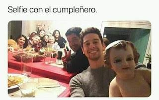 Foto familiar selfie con niño jesus