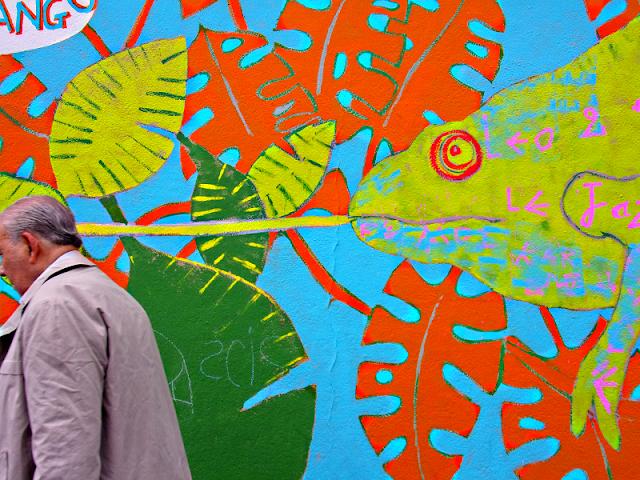 Passant et peinture murale