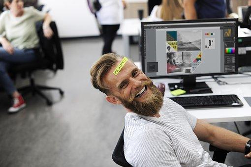 gambar orang yang bahagia sedang bekerja