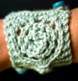 http://translate.googleusercontent.com/translate_c?depth=1&hl=es&rurl=translate.google.es&sl=en&tl=es&u=http://www.craftstylish.com/item/48081/how-to-knit-a-circle-lace-cuff&usg=ALkJrhgE6pcAHHyU67EVqRG4Txboeh5fFQ