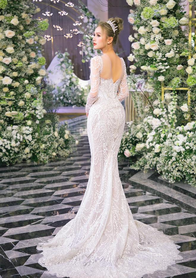 Hot girl Xoài Non gây sốc khi diện váy cưới đính kim cương 28 tỷ đồng