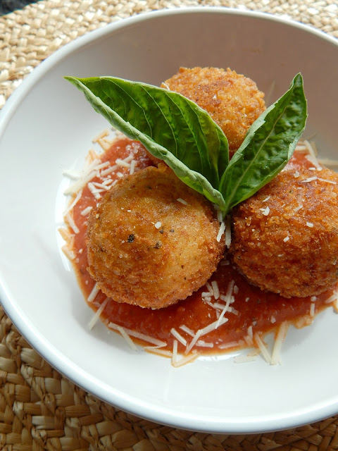 fried stuffed rice balls arancini de riso (sweetandsavoryfood.com)