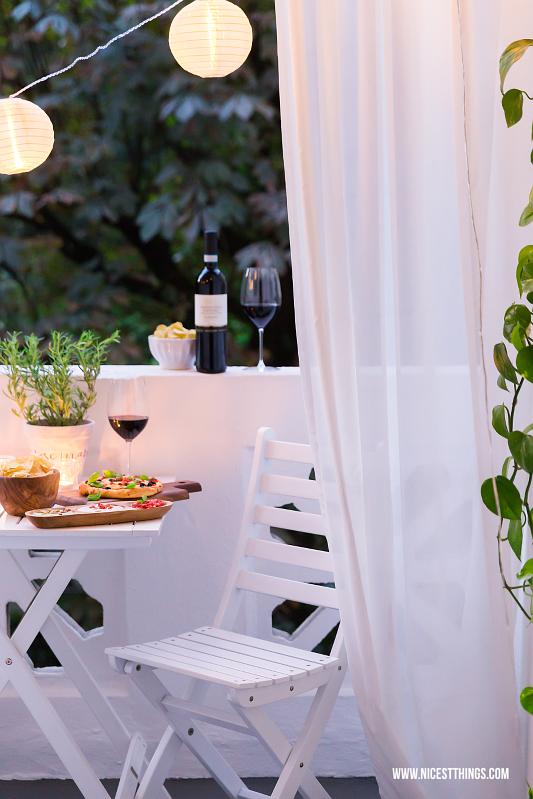 Sommerabend auf dem Balkon mit Lichterkette