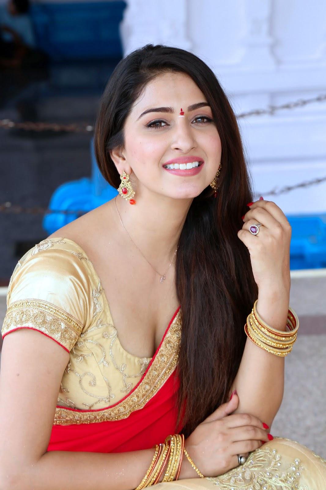 Eshanya Maheswari Super Cute Desi Saree Look