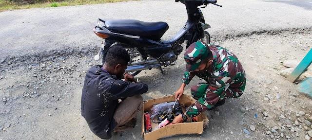 WUJUD KEPEDULIAN, POS WARIS SATGAS YONIF RAIDER 100/PS BANTU PERBAIKI SEPEDA MOTOR