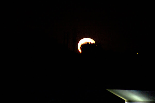 Moon rise at 9:47 PDT, 300mm, 1/15 second (Source: Palmia Observatory)
