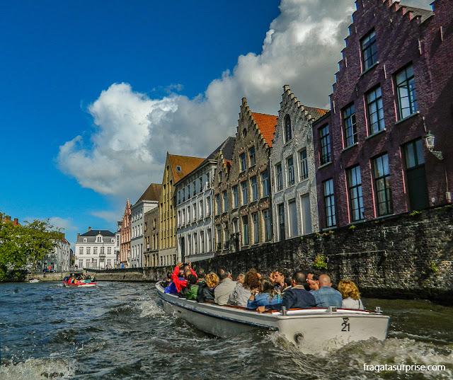 Passeio de barco nos canais de Bruges, Bélgica