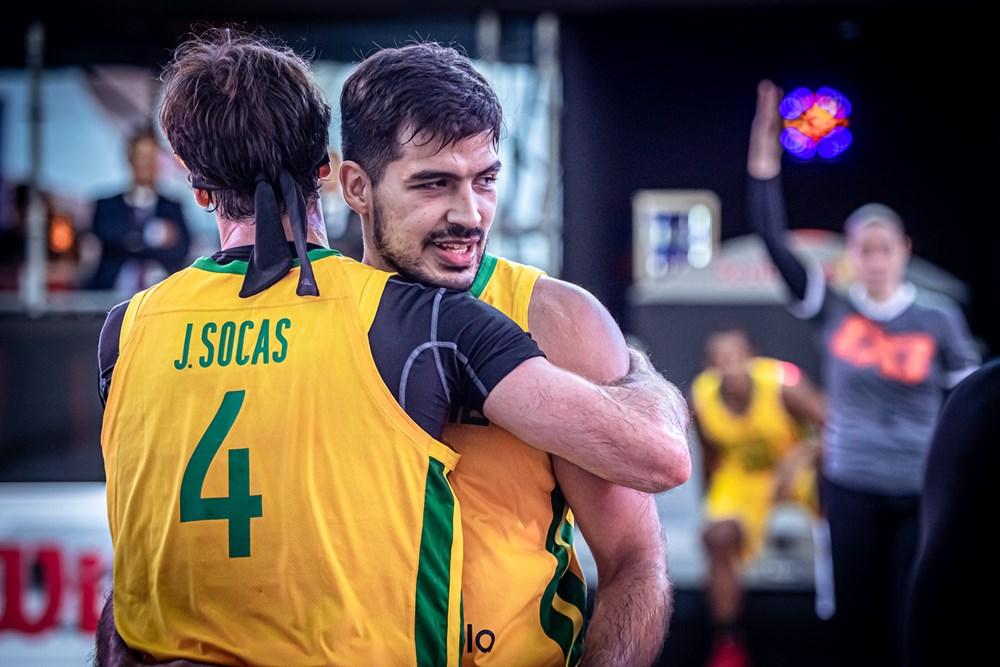 Jogadores do Brasil se abraçam após mais uma vitória no Pré-Olímpico de basquete 3x3, que dá três vagas aos Jogos Olímpicos de Tóquio