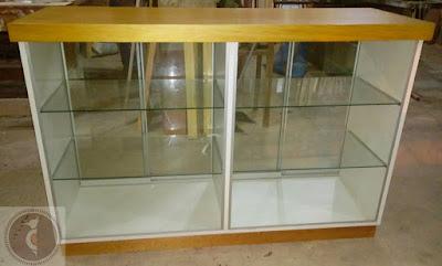 Mostrador de madera y melamine con vidrio