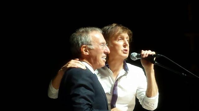 Paul con el millonario Baron durante la actuación