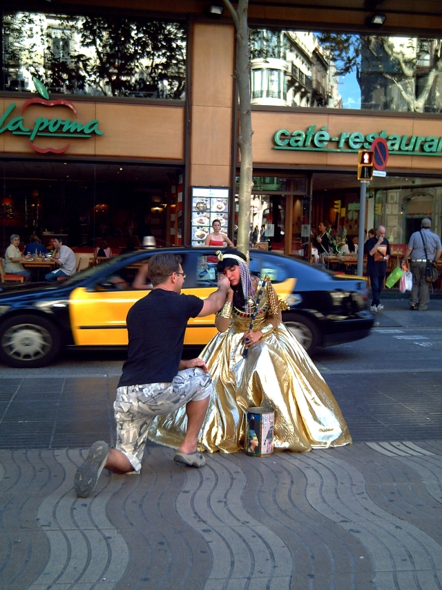 Cleopatra Human Statue with Tourist in Las Ramblas, Barcelona