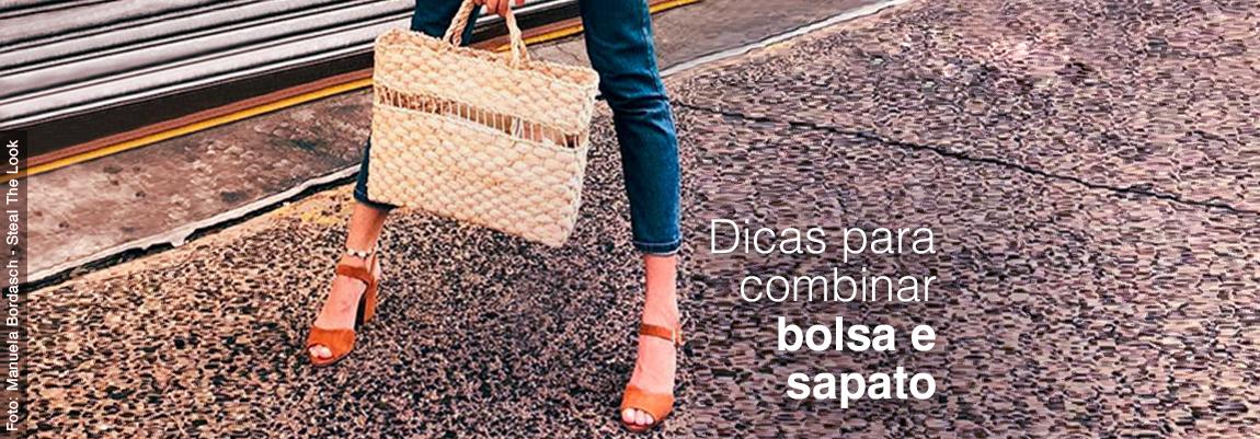 Mulher segurando bolsa e usando uma sandália