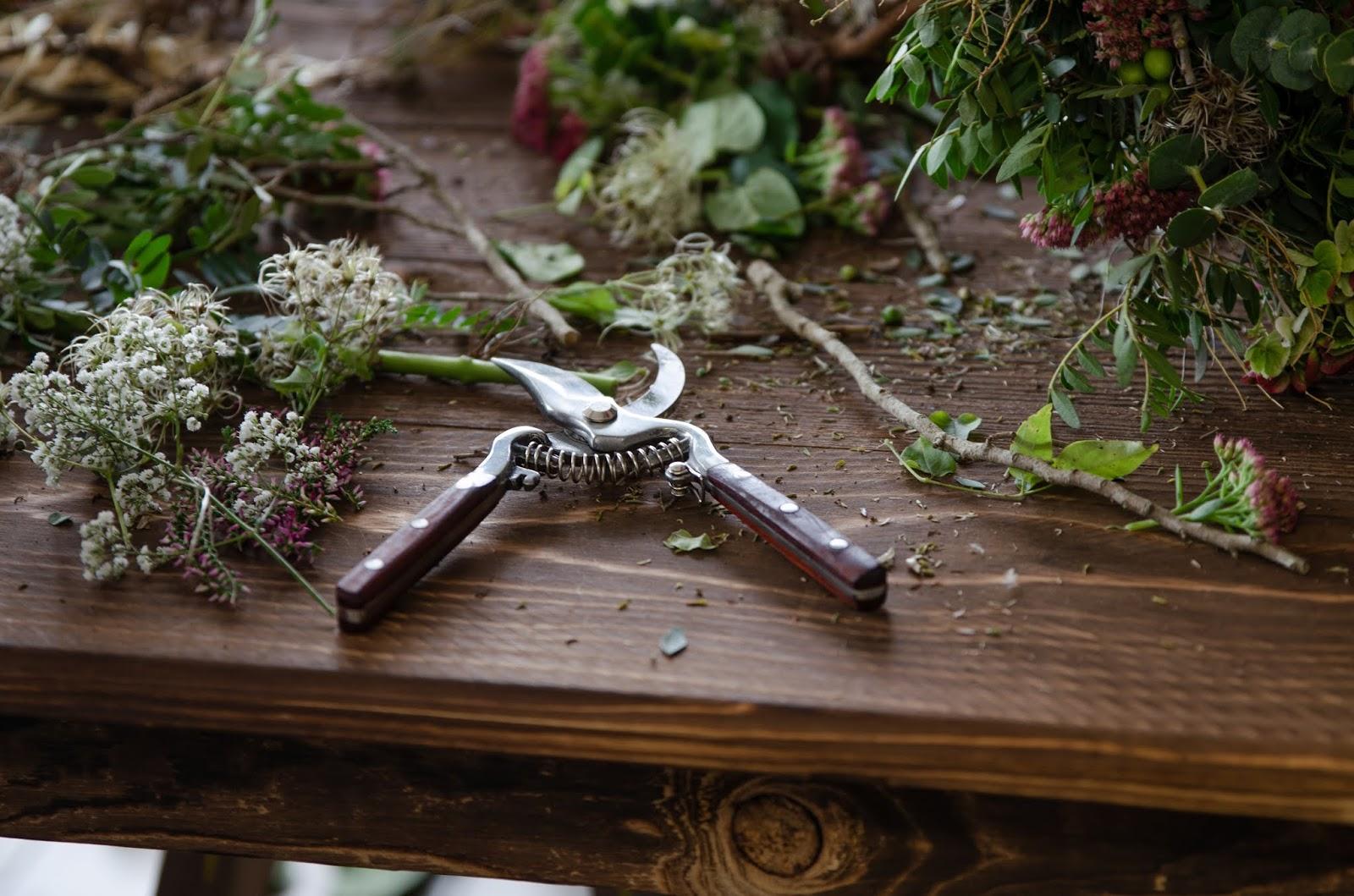 Mit Naturmaterialien gestalten Tischdeko für den Herbst mit Mohnkapseln und Hagebutten. Dekoidee herbstlich dekorieren