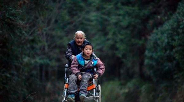 Abuela de 76 años lleva a su nieto a la escuela caminando 24 Km
