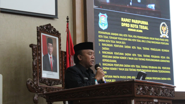 Jumadi Bacakan Jawaban Wali Kota atas Pandangan Umum Fraksi Terhadap Tiga Raperda