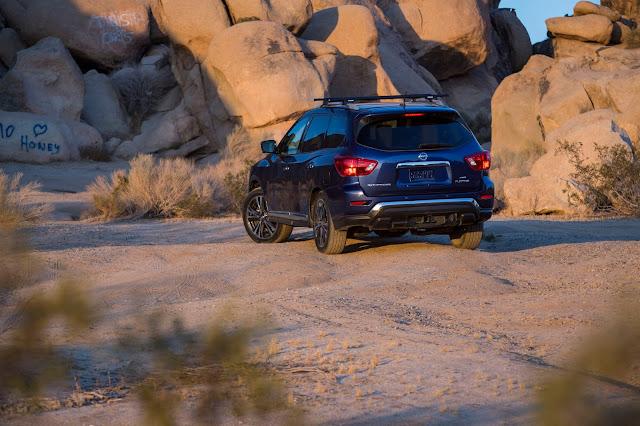 Rear 3/4 view of 2018 Nissan Pathfinder Platinum 4WD