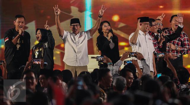 Para paslon menyapa pendukungnya usai Debat Pilgub DKI 2017 putaran kedua, Jakarta, Jumat (27/1). Para paslon terlihat bernyanyi bersama
