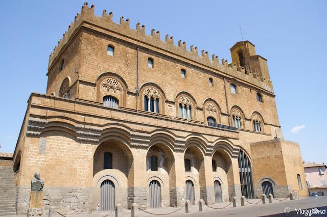 La bella facciata del Palazzo del Popolo di Orvieto, ora centro congressi