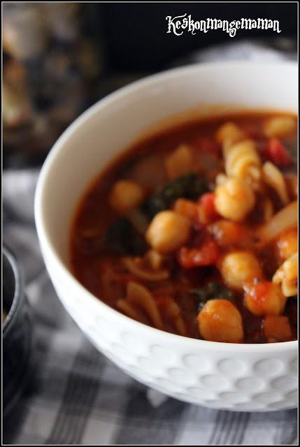 soupe repas aux pois chiches à la tomate et aux pâtes complètes