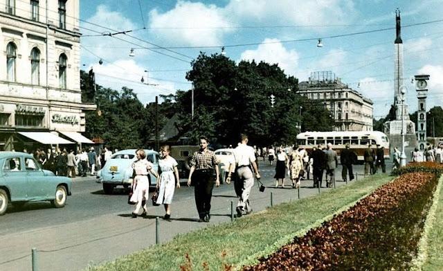 """Вторая половина 1950-х годов. Рига. Ļeņina iela и часы """"Лайма"""""""