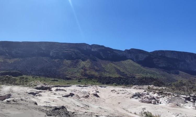 Focos de incêndio são controlados em área de vegetação na Chapada Diamantina