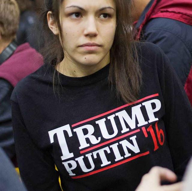 Estudante aguarda comício de Trump na Plymouth State University, Plymouth, NH.