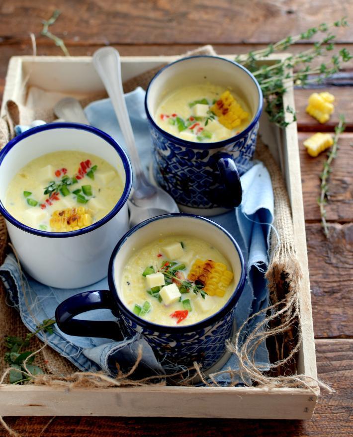 Sopa cremosa de maíz dulce asado, 3 tazas servidas en una bandeja