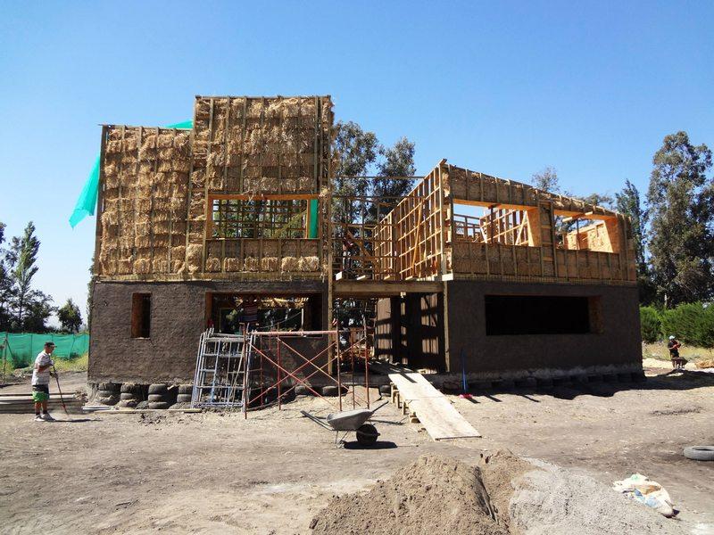 Estas casas hechas con fardos de paja aguantan dos horas antes de incendiarse