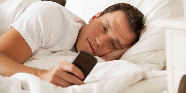 Tanpa Kita Sadari Bermain HP Pas Bangun Tidur Bisa Menyebabkan Kanker